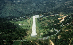 Photo of the runway of Loakan Airport on approach.