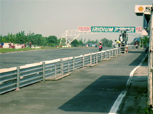 End stretch of the Carmona Circuit with an ongoing motorbike race.