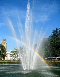 Photo of the fountain at the center of Gaston Park.